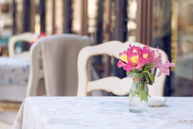 Kawiarnia na tarasie, kawiarnia na kwiatowym wystroju