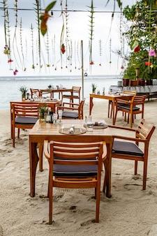 Kawiarnia nad morzem. drewniane meble i dekoracje.