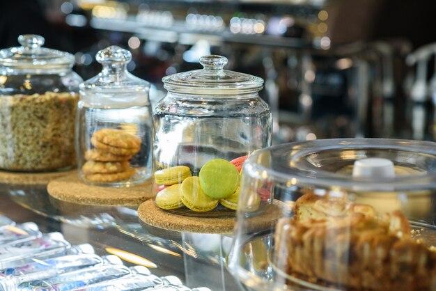 Kawiarnia sprzedaje smaczne i świeże słodycze w szklanych słoikach