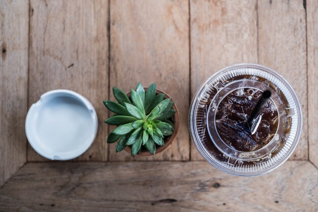 Kawiarnia tle, roślin kawy i popielniczka na drewno tabeli w kawiarni