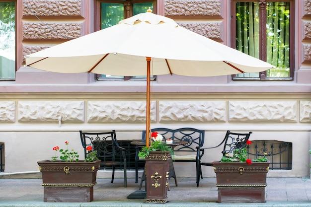 Kawiarnia uliczna pod dużym parasolem