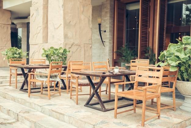 Kawiarnia ze stołami i krzesłami w starej uliczce w europie z efektem filtra retro instagram stylu retro