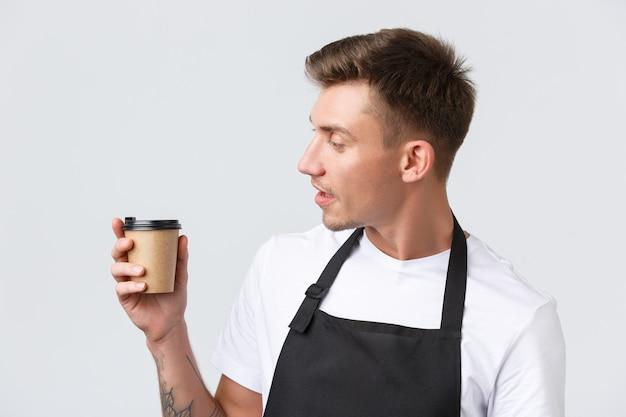 Kawiarnie i restauracje właściciele kawiarni i koncepcja sprzedaży detalicznej zbliżenie przyjaznego, dobrze wyglądającego baristy l...