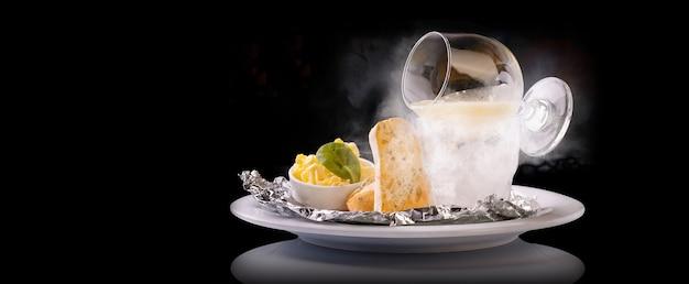 Kawior ze szczupaka na suchym lodzie z grzanką z chleba tostowego i masła