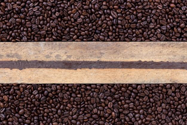 Kawowa fasola na drewnianym tle. widok z góry