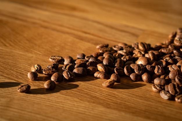 Kawowe fasole na drewnianym tle