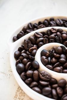 Kawowe fasole na nieociosanym tle