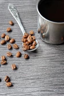Kawowe fasole na rocznik łyżce