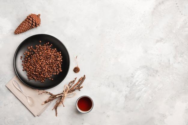 Kawowe fasole na talerz kopii przestrzeni