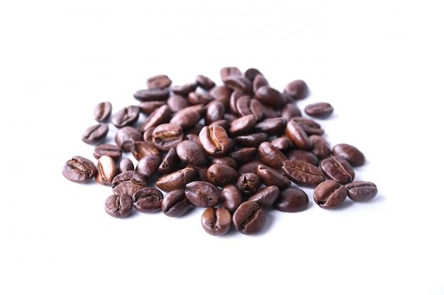 Kawowe fasole odizolowywać na białym tle