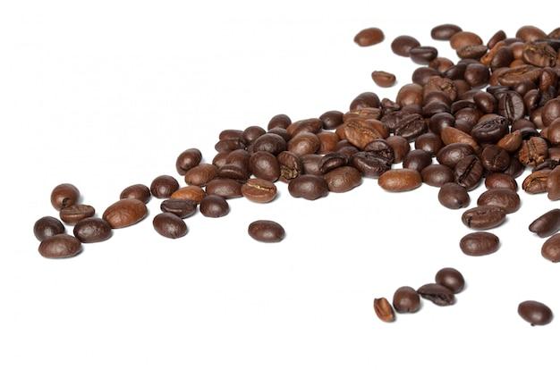 Kawowe fasole odizolowywać na bielu