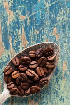 Kawowe fasole w łyżce na drewnianym