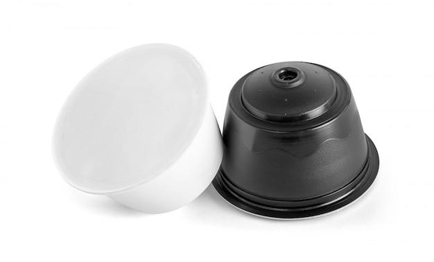 Kawowe kapsułki dla zgodnych systemów odizolowywających na białym tle