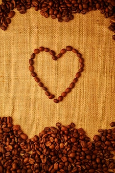 Kawowej fasoli serce na grabić tło