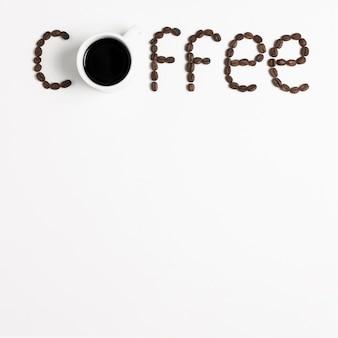 Kawowy słowo literujący z kawowymi fasolami i kopii przestrzenią