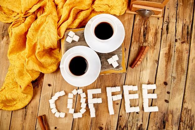 Kawowy słowo robić z cukierem i filiżanką czarna kawa