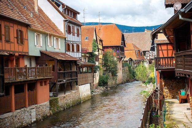 Kaysersberg, alzacja, francja. rzeka weiss przepływająca przez stare miasto
