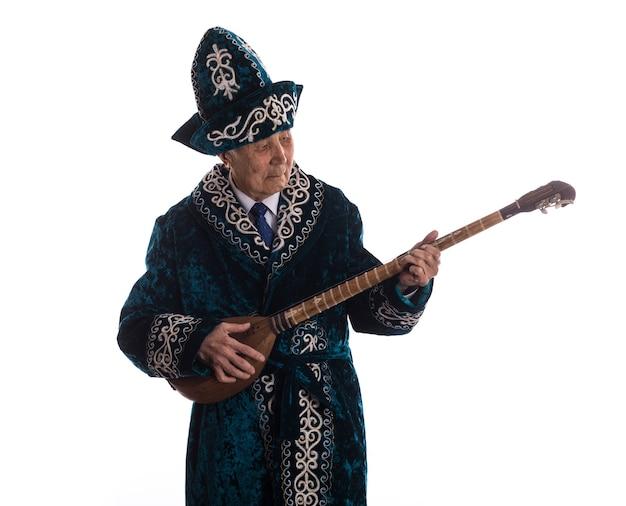 Kazachski staruszek gra na dombra