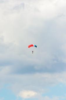 """Kazań, federacja rosyjska – 25 lipca 2020 r.: święto lotnicze """"wybieram niebo-2020"""". dzień rosyjskiej floty powietrznej. spadochroniarz schodzi z flagą tatarstanu."""