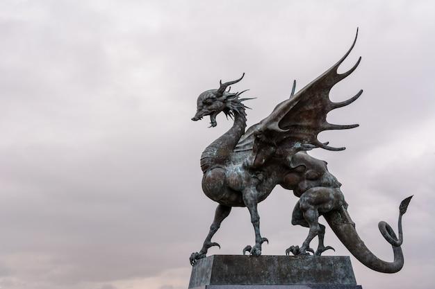 Kazań, rosja - 01 października 2019: zilant to legendarne stworzenie, coś pomiędzy smokiem a wiwerną. od 1730 roku jest oficjalnym symbolem kazania. centralny pałac ślubów w godzinach porannych.