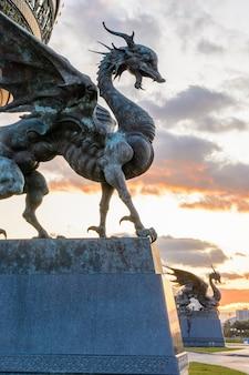 Kazań, rosja – 28 września 2019: zilant to legendarne stworzenie, coś pomiędzy smokiem a wiwerną. od 1730 roku jest oficjalnym symbolem kazania. centralny pałac ślubów. zachód słońca.