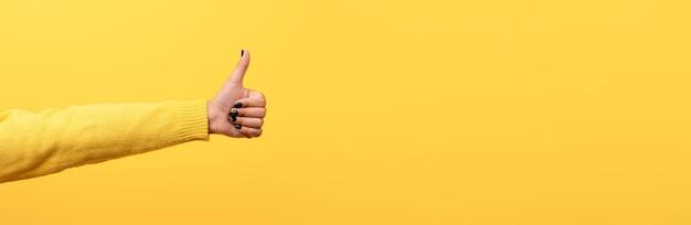 Kciuk w górę, jak znak na żółtym
