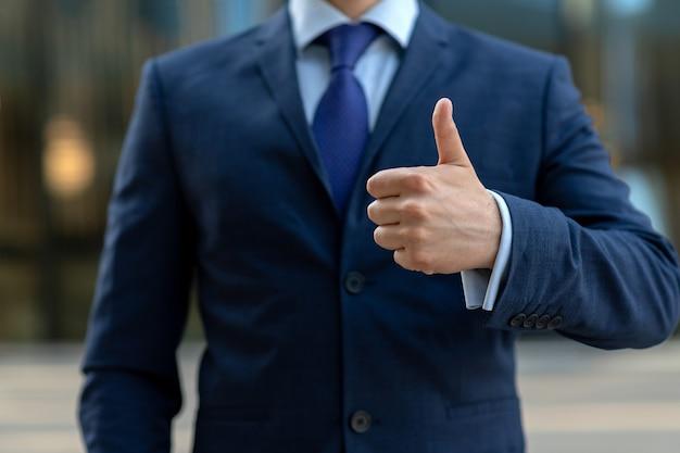 Kciuk w górę znak wykonany przez biznesmena