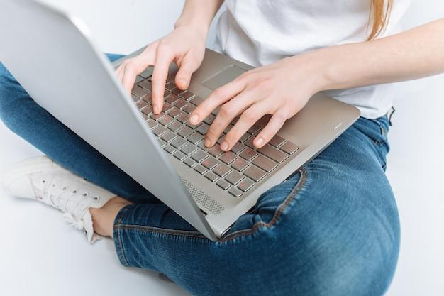 Kciuki dziewczyny z bliska, naciskasz klawisze laptopa