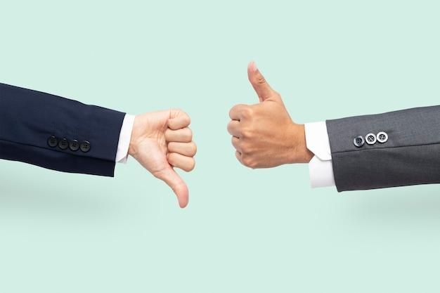 Kciuki w górę ręce zgadzają się i nie zgadzają się gest