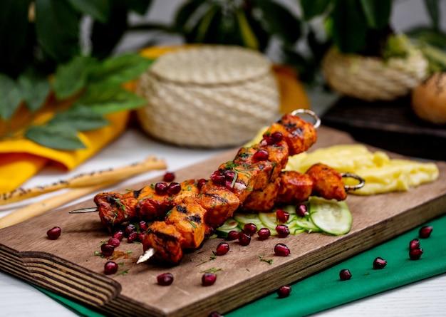 Kebab jagnięcy na szaszłykach przyozdobionych granatem i ziołami
