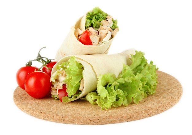 Kebab - mięso i warzywa z grilla, na desce, na białym tle