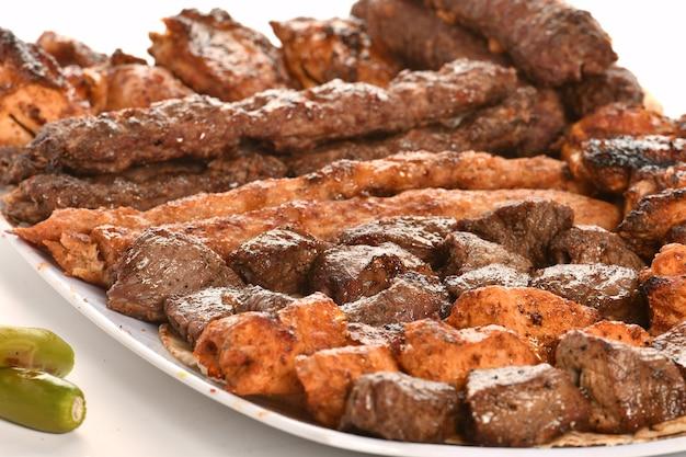 Kebab tradycyjne tureckie greckie mięso i jedzenie kurczaków na białym tle