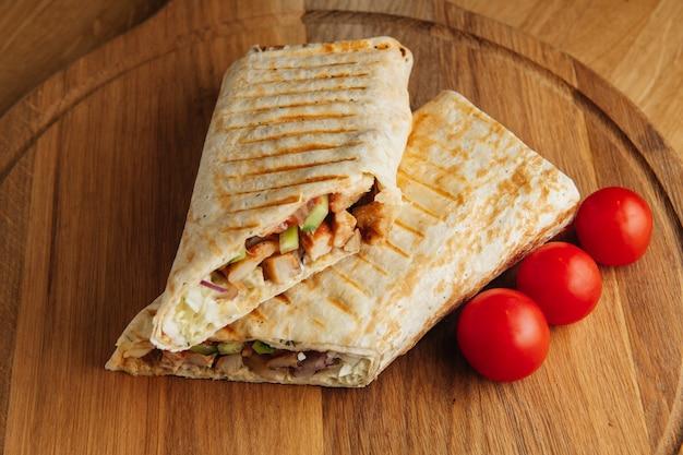 Kebab turecki doner z grillowanym mięsem. soczysta shawarma na desce