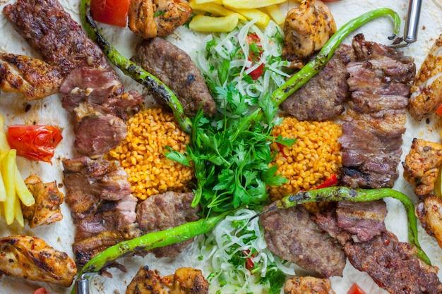 Kebab turecki z różnymi warzywami