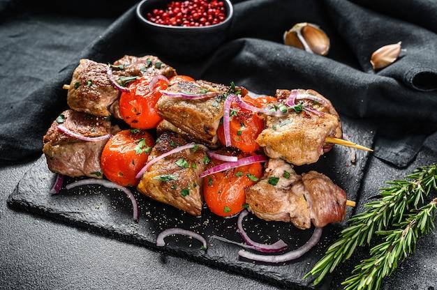 Kebab wieprzowo-wołowy z grilla na drewnianych szaszłykach