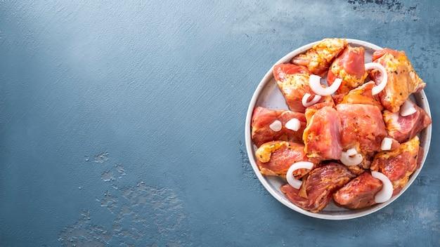 Kebab wieprzowy niegotowany. marynowane mięso wieprzowe surowe. skopiuj miejsce, widok z góry