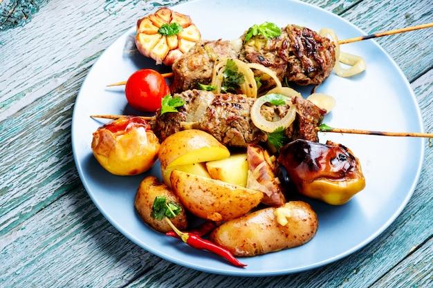 Kebab z grilla wołowiny na talerzu