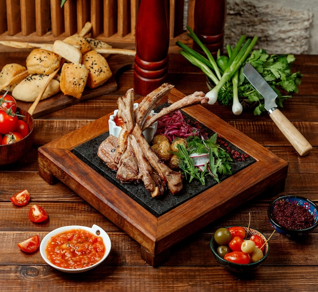 Kebab z jagnięciny podawany ze świeżymi ziołami, młodym ziemniakiem i sosem pomidorowym