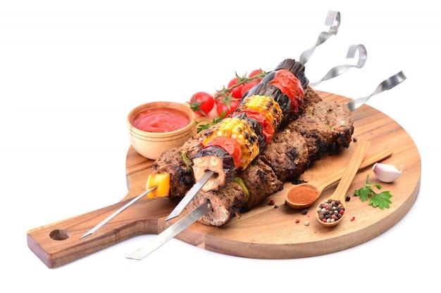 Kebab z przyprawami i warzywami na białym tle