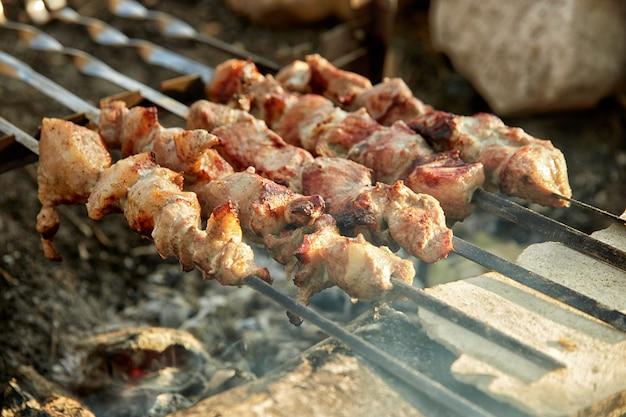 Kebaby na świeżym powietrzu na domowym grillu, z małą głębią ostrości