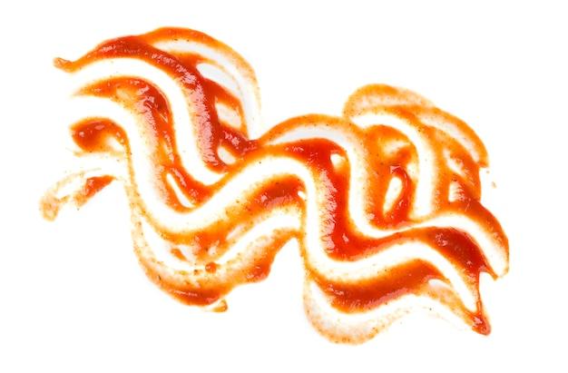 Keczup plama na białej powierzchni