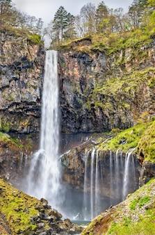 Kegon falls, jeden z najwyższych wodospadów w japonii. znajduje się w parku narodowym nikko.