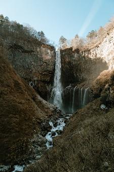 Kegon falls w sezonie zimowym. park narodowy nikko, prefektura tochigi, japonia.