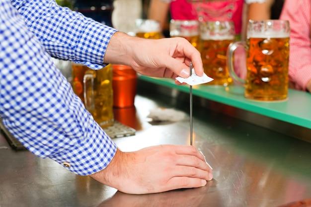 Kellner in einer bayerischen wirtschaft
