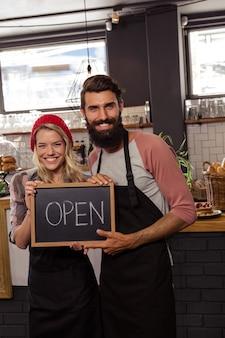 Kelner gospodarstwa tablica z otwartym