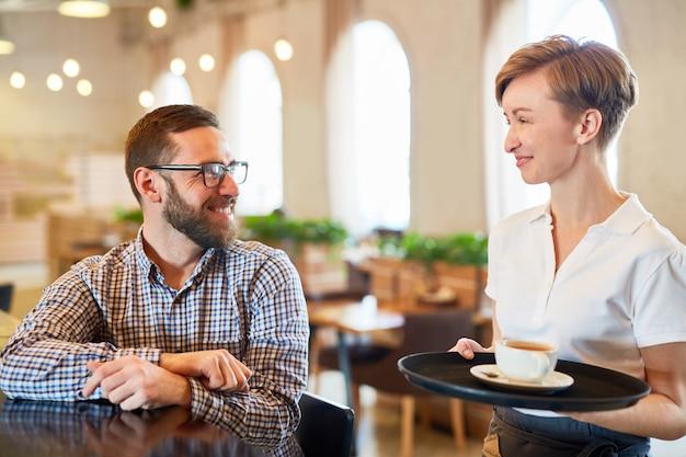 Kelner i gość