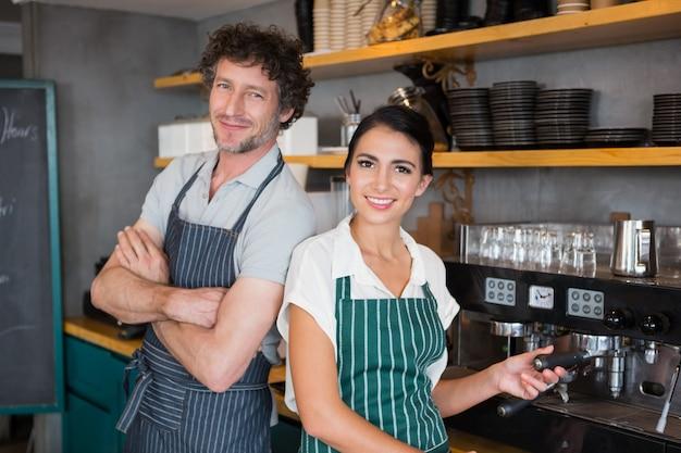 Kelner i kelnerka w stołówce