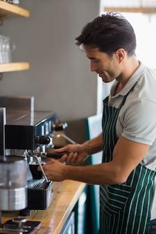 Kelner parzenia kawy