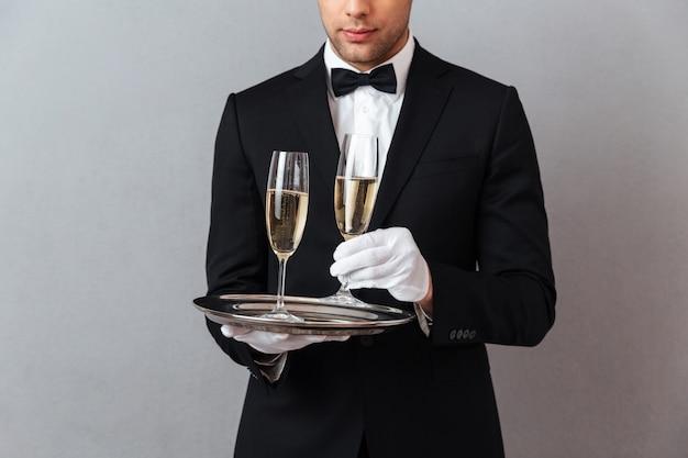 Kelner pozycja odizolowywająca nad szarości ścianą