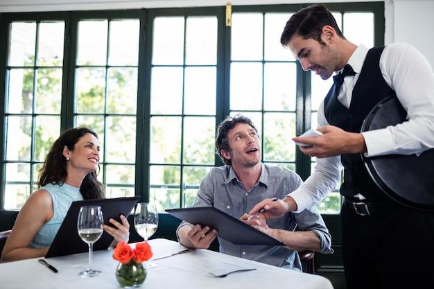 Kelner przyjmuje zamówienie dla pary